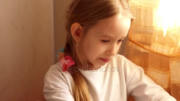 šťastná holčička jíst barevné cukrářské doma