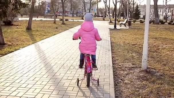 Как учиться кататься на велосипеде посмотреть видео #13
