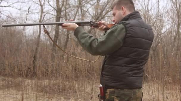 A vadász a vadászat során a vadászati idény célzás. Vadász csendes várakozás-re a vadászat során a vadászati idény. Vadász vadászat puska terepszínű ruhák.