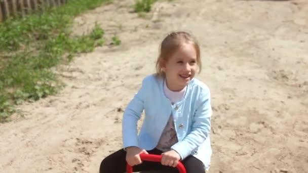 Niña en columpio en el parque de la ciudad, feliz niño en columpio ...