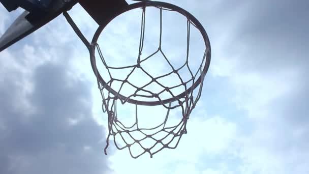 alter Basketballkorb und Brett auf blauem Himmel