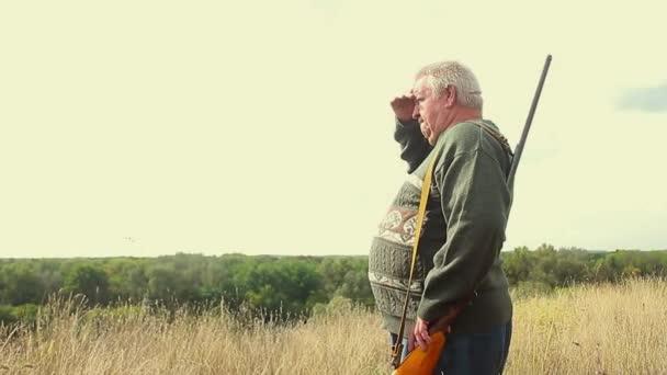 Hunter, zaměřené na lov v lovecké sezóně. Hunter tiše čekali na lov v lovecké sezóně. Hunter maskovací oblečení s lovecké pušky.