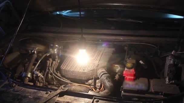 Mechanik, přilévá olej do auta na opravu garáže. Údržba vozu servisní mechanik nalití nové mazivo olej do motoru auta.