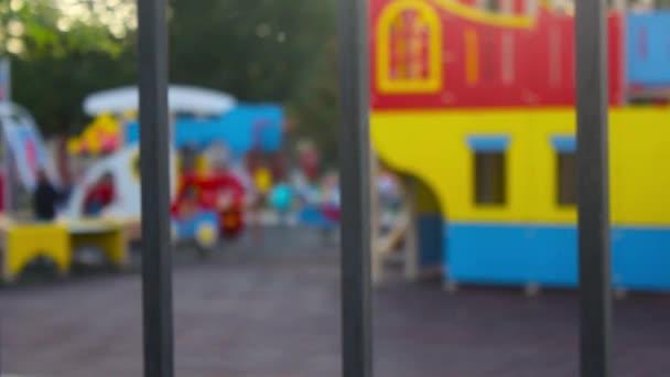 Spielplatz im Park. Defokussierten und verschwommenes Bild für den Hintergrund der Kinderspielplatz, Aktivitäten im öffentlichen park.