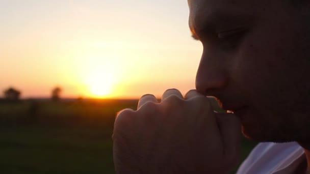 Resultado de imagem para homem rezando