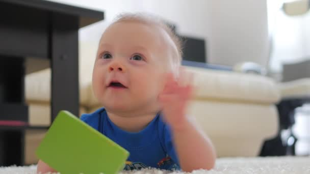 Blanca En CasaNiño Dulce Una Alfombra Casa Juguetes Un Jugando Con Suelo Pequeño El Bebé Juguete Tirado Sobre BQtxshdrC