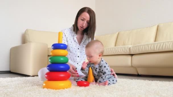 Skvělá matka a dítě chlapec spolu hrají doma doma. Milující maminka a dítě batole hraje a baví čas spolu.