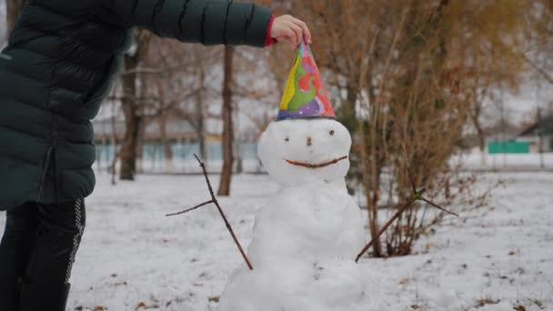 Happy Girl hóembert épít a Winter Parkban. A téli szünet és a karácsony fogalma.