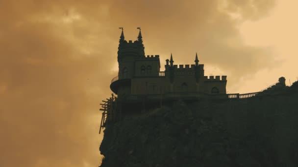 Fecske Fészek vár a sziklán a Fekete-tenger felett. Jalta, Krím.