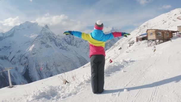 Šťastná holčička v zimním lyžařském středisku. Koncept zimní dovolené.