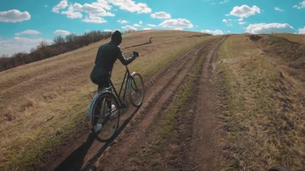 Žena cyklistka na horském kole. Jízda na kole po lesní cestě za slunečného dne. Adventure Lifestyle Concept.