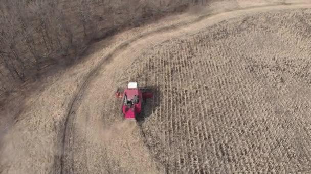 Letecký sklízeč pracuje na kukuřičném poli. Podzimní zemědělské těžební práce.