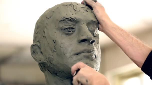 Sochař se pracuje na vytvoření monument