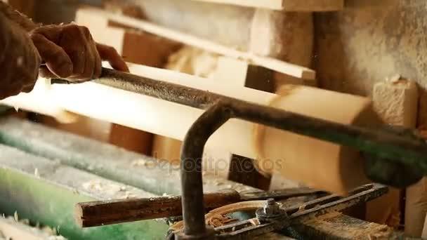 profese, lidé, tesařství, ze dřeva a lidé koncept - tesaře pracujícího v dílně