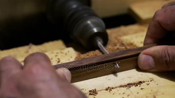 Zpracování dřeva - tesaře pracujícího s rovinou a dřevěných planěk na workshop
