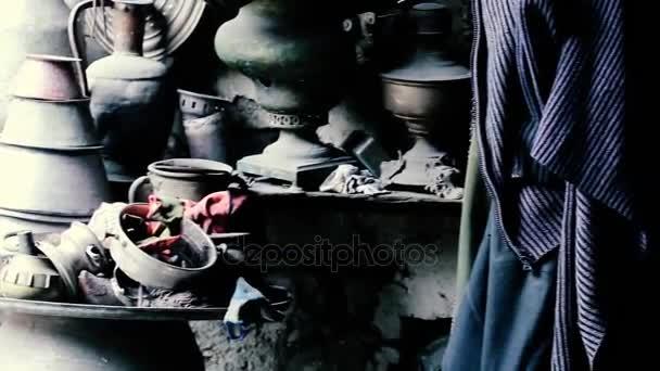 Schmiedewerkstatt und viele handgemachte Kupfergeschirr, lahich, azerbaijan
