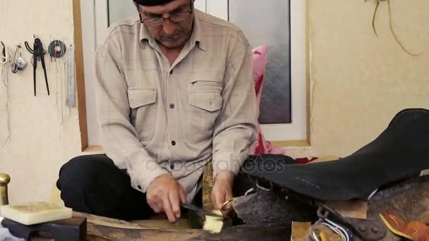Σαμαρά. Κατασκευή σελών. Δερμάτινα εμπορεύματα τεχνίτης κατά την ... 27e104903b6