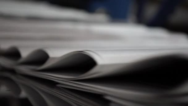 Print the newspaper from a short distance. The process of offset and roll printing.