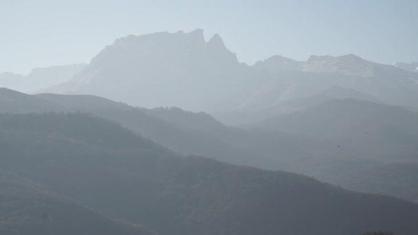 Kavkazské hory. Vesnice je pod horami. Pohoří Kavkaz velkého