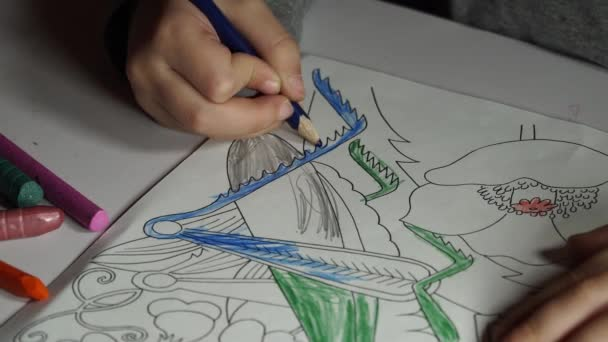 Vernici Di Bambino Da Colorare Con I Pastelli Video Stock