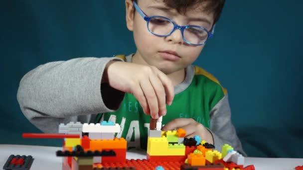 Malý chlapec hraje s konstruktor