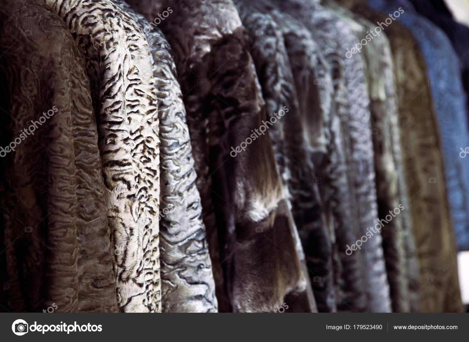 Ένα κοντινό πλάνο του ένα γούνινο παλτό από μια φυσική γούνα του Αστραχάν  διαφόρων χρωμάτων  καφέ 912923bbb0a