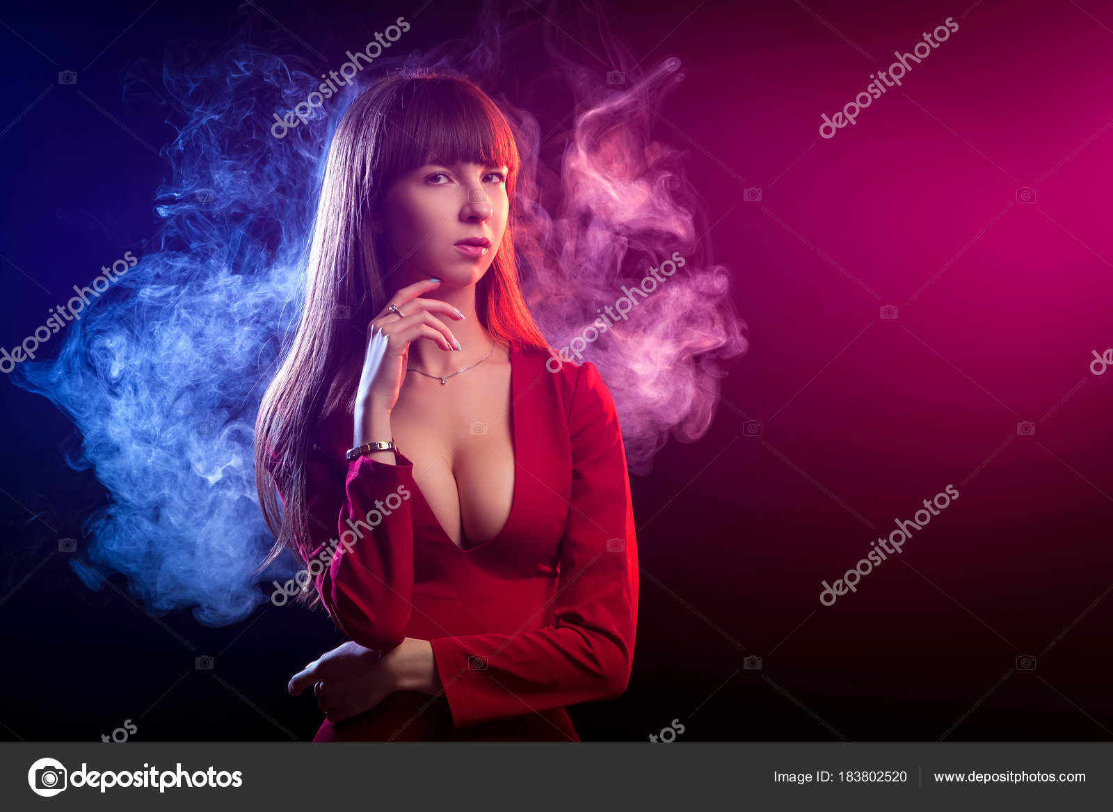 495a08531b Giovane Donna Dark Haired Vestito Rosso Posa Uno Sfondo Colore ...