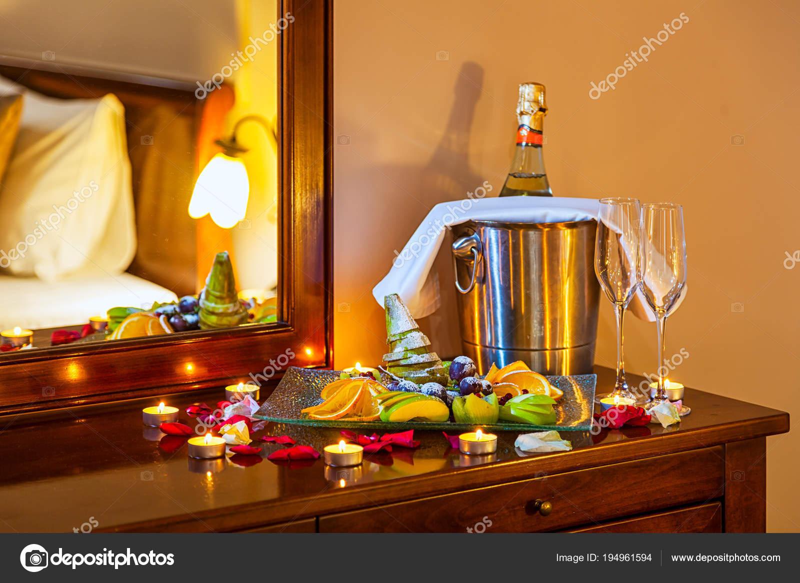 Camere Da Letto Romantiche Con Petali Di Rosa : Cena romantica gli amanti tavolo con piatto frutta bicchieri