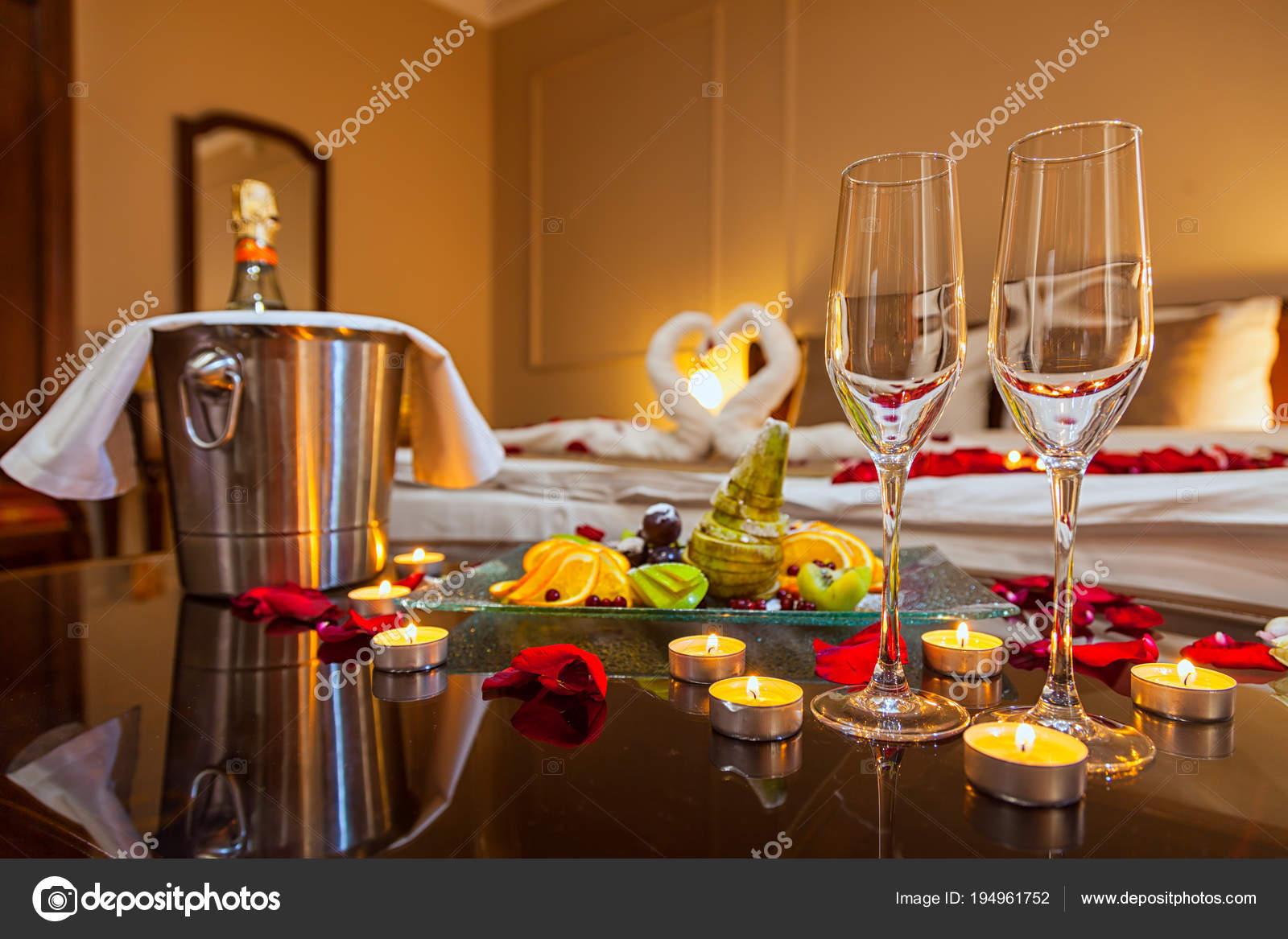 Camera Da Letto Romantica Con Candele : Camera albergo una luna miele tavolo con piatto frutta candele