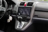 Novosibirsk / Rusko 02. května 2020: Honda CR-V, detailní záběr ústředního ovládacího panelu, monitor s hudbou a rádiem, nastavení ventilátoru, klimatizace, přehrávač