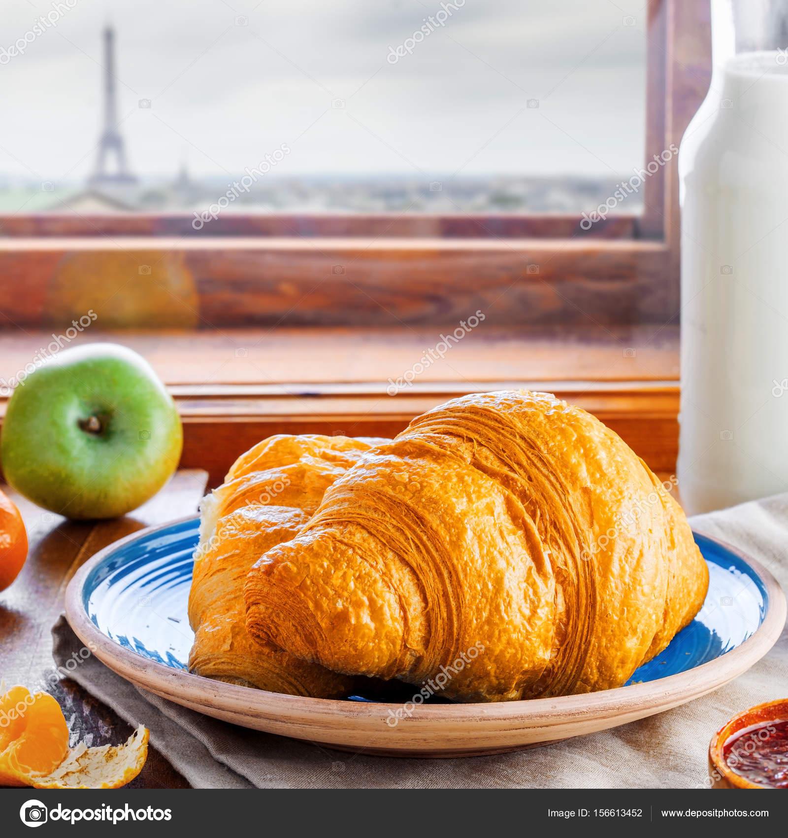 Klassische französische küche  Französische Croissants mit Marmelade, Milch, frisches Obst und ...
