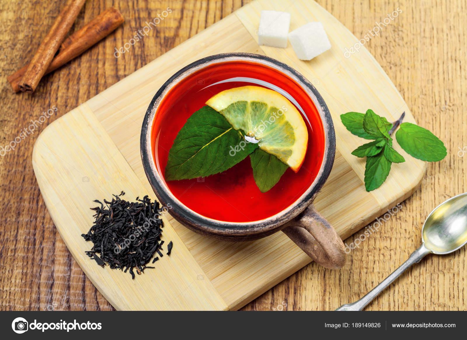 Tasse Schwarzer Tee Mit Frischer Minze Und Zitrone Köstliche Gesunde