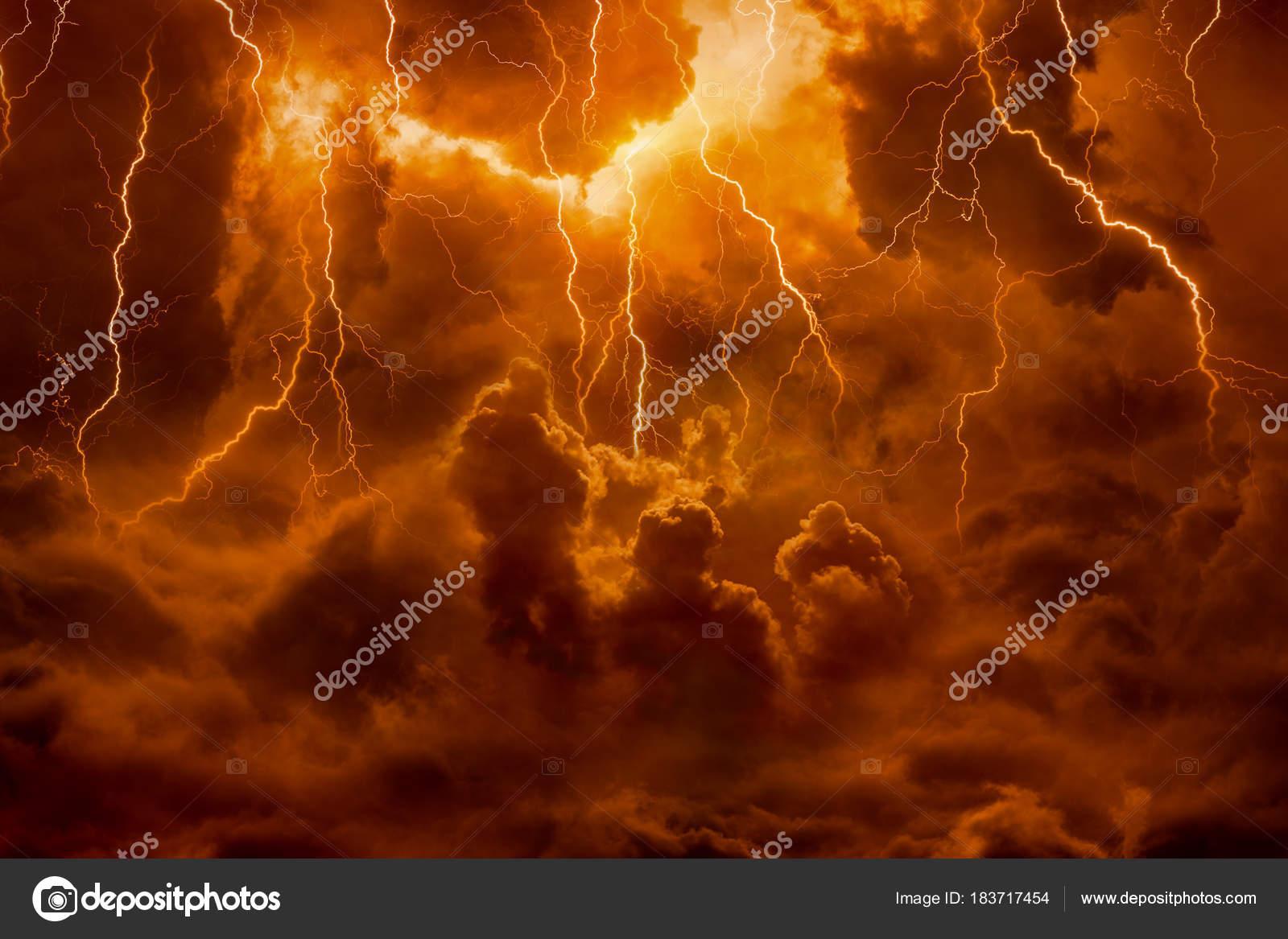 Höllenbereich Helle Blitze In Apokalyptischen Himmel Tag Des