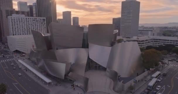 Disney koncertní hala vzdušných fly dolů při západu slunce