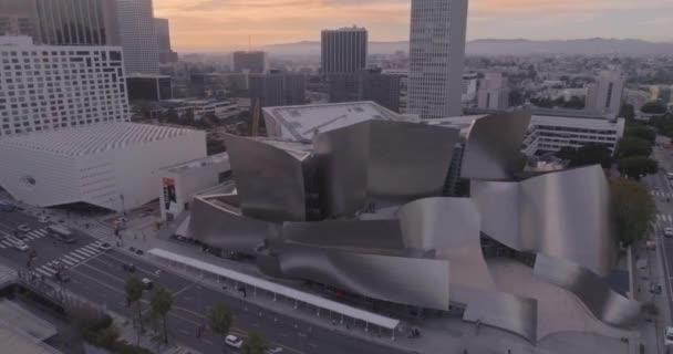 Disney koncertní síň při západu slunce. Letecký letět doleva. Panorama z Los Angeles