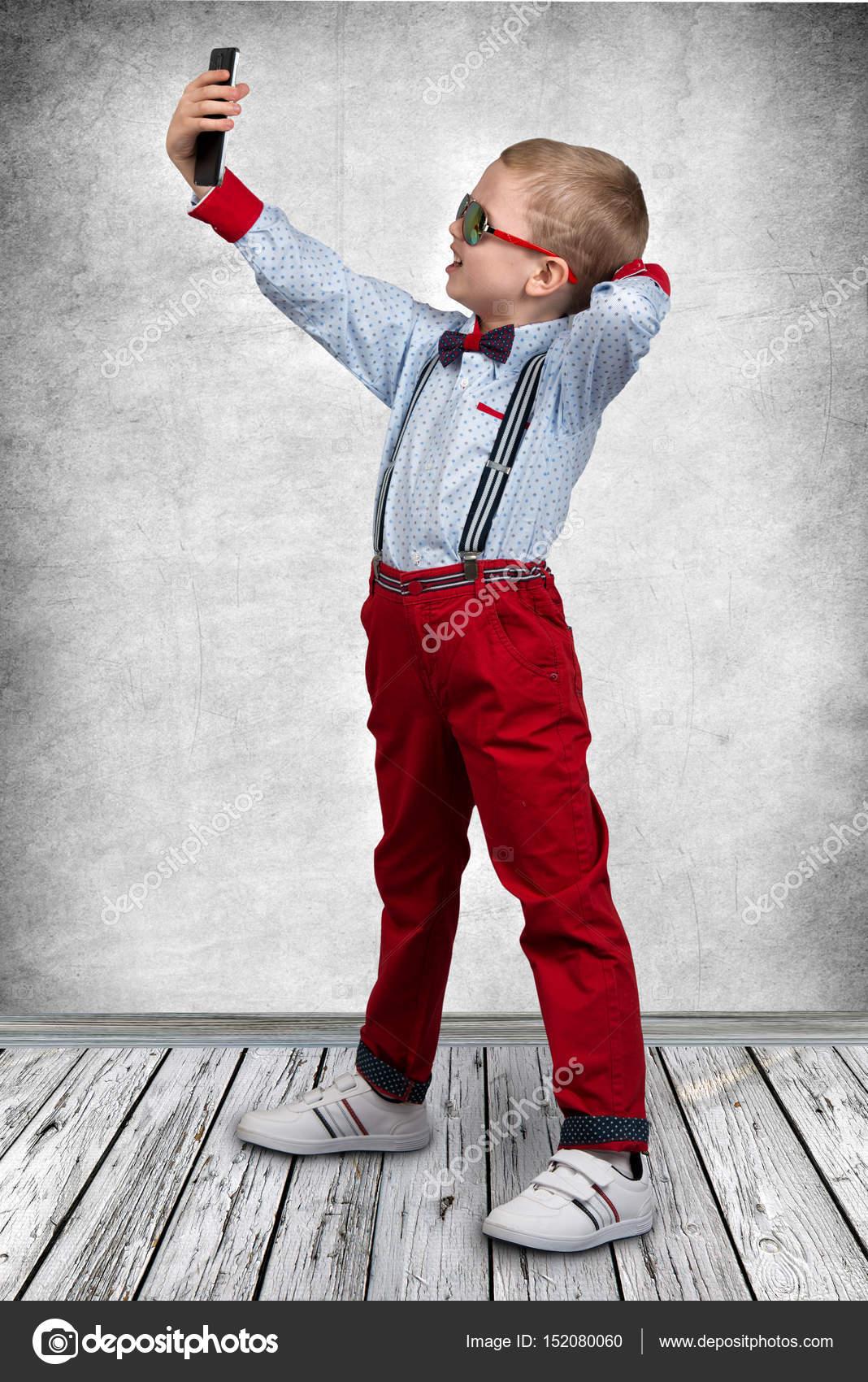 a6398f39540 Παιδική Μόδα — Φωτογραφία Αρχείου · Αγόρι κάνει selfie στο κινητό τηλέφωνο  — Εικόνα από ...