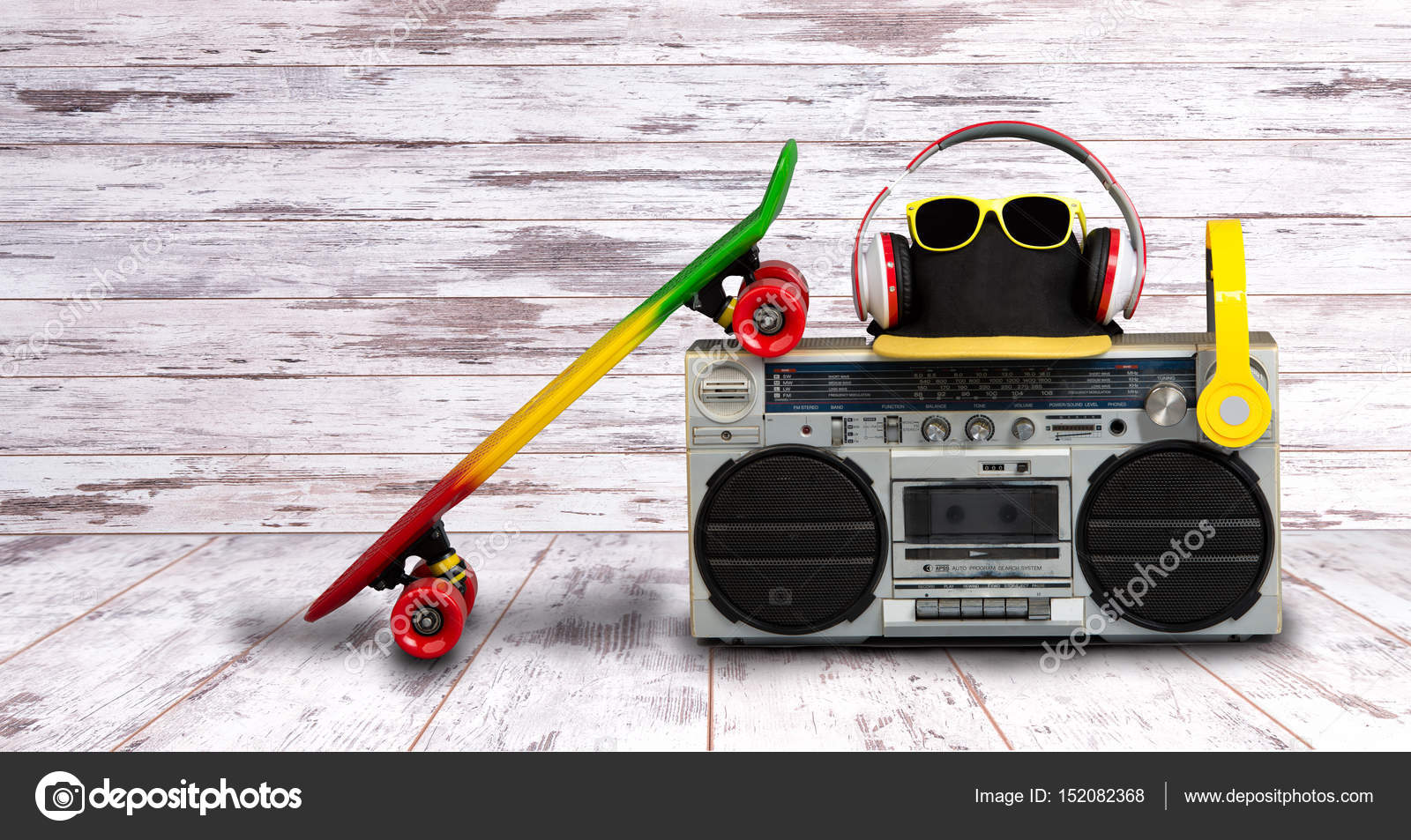 El concepto del estilo de música Hip hop. Vintage reproductor de audio con  auriculares.