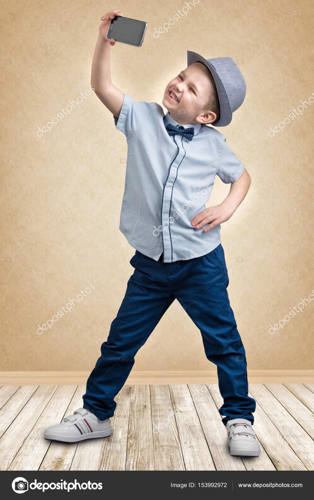 f9387b3edc8 Παιδική Μόδα — · Κομψό αγόρι σε ένα καπέλο λήψης selfie στο κινητό τηλέφωνο  — Εικόνα από ...