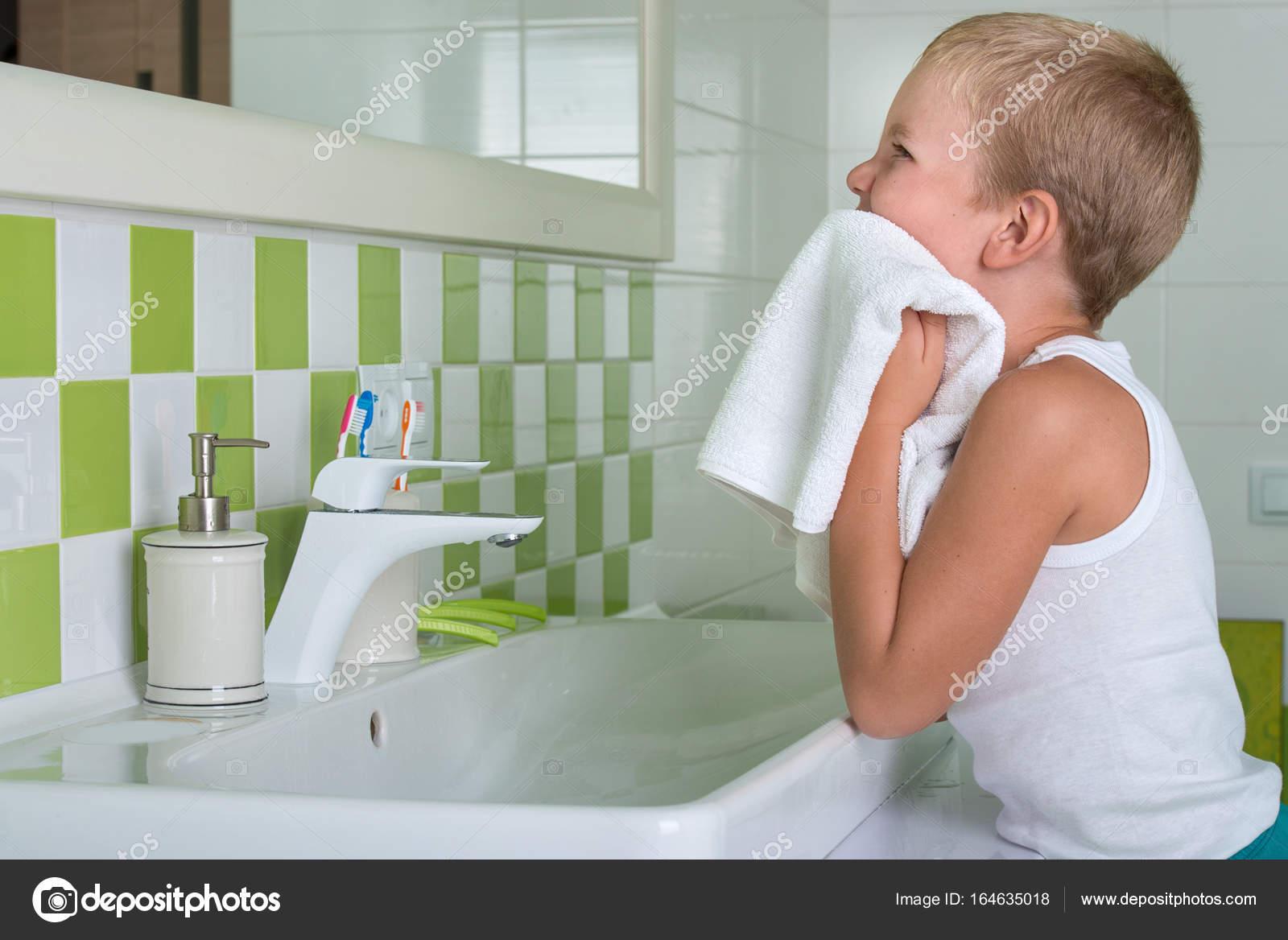 Bagno Con Un Ragazzo : Fa sesso con quattro ragazzi nel bagno di un ristorante il