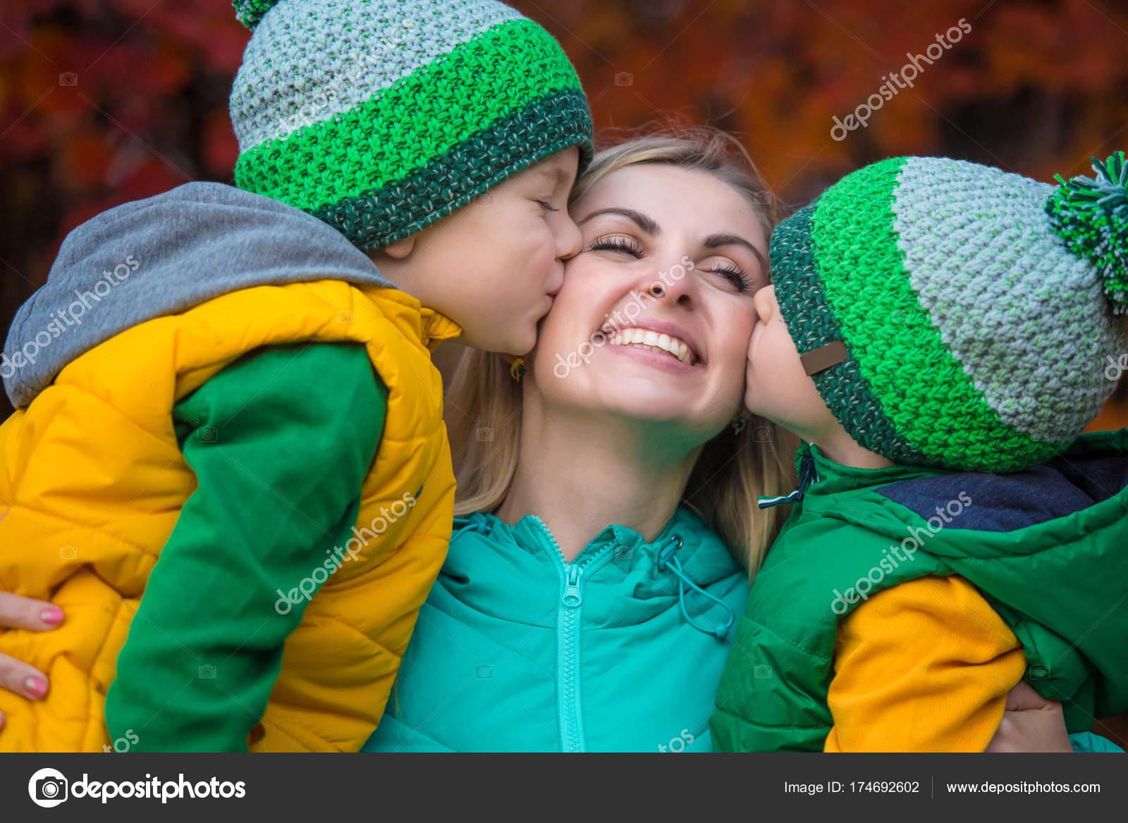 Kleine jungs küssen sich