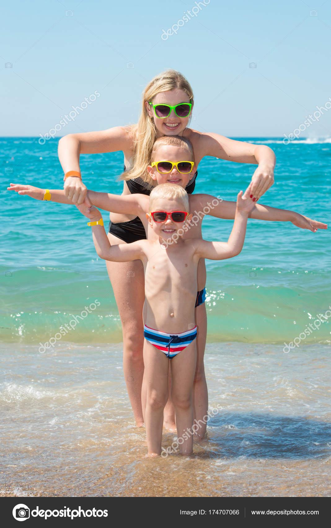 Фото матерей и сыновей на пляже