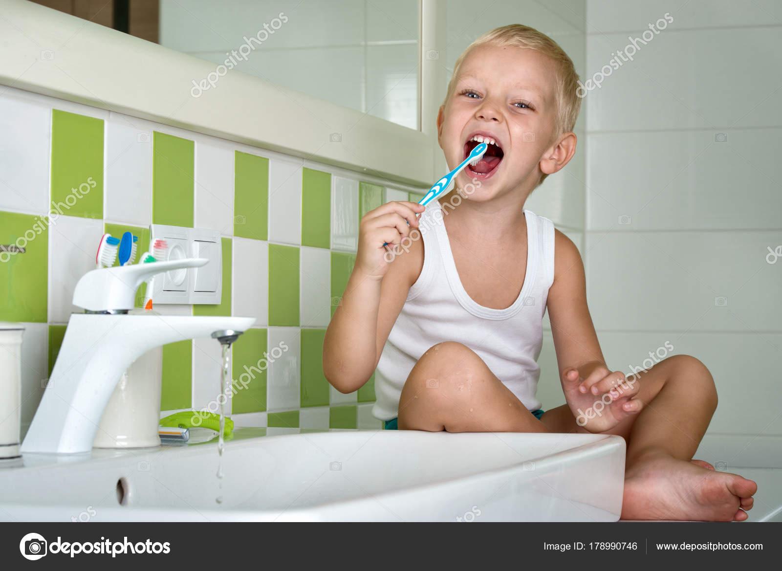 Nieuwe Badkamer Poetsen : Kleine jongen tandenpoetsen badkamer het begin van een nieuwe dag