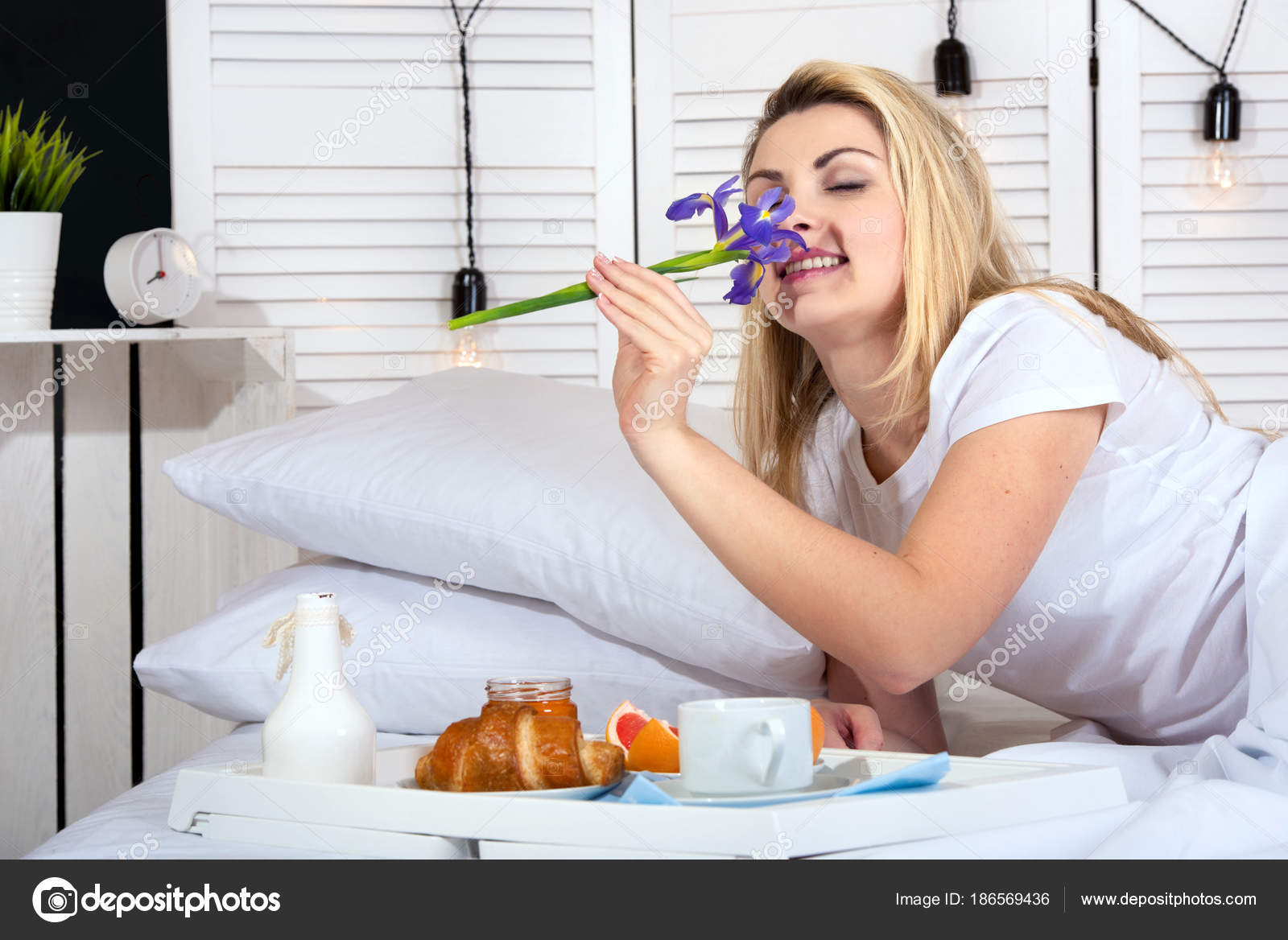 porno-syurpriz-muzhu-v-posteli-masturbiruet-paltsem