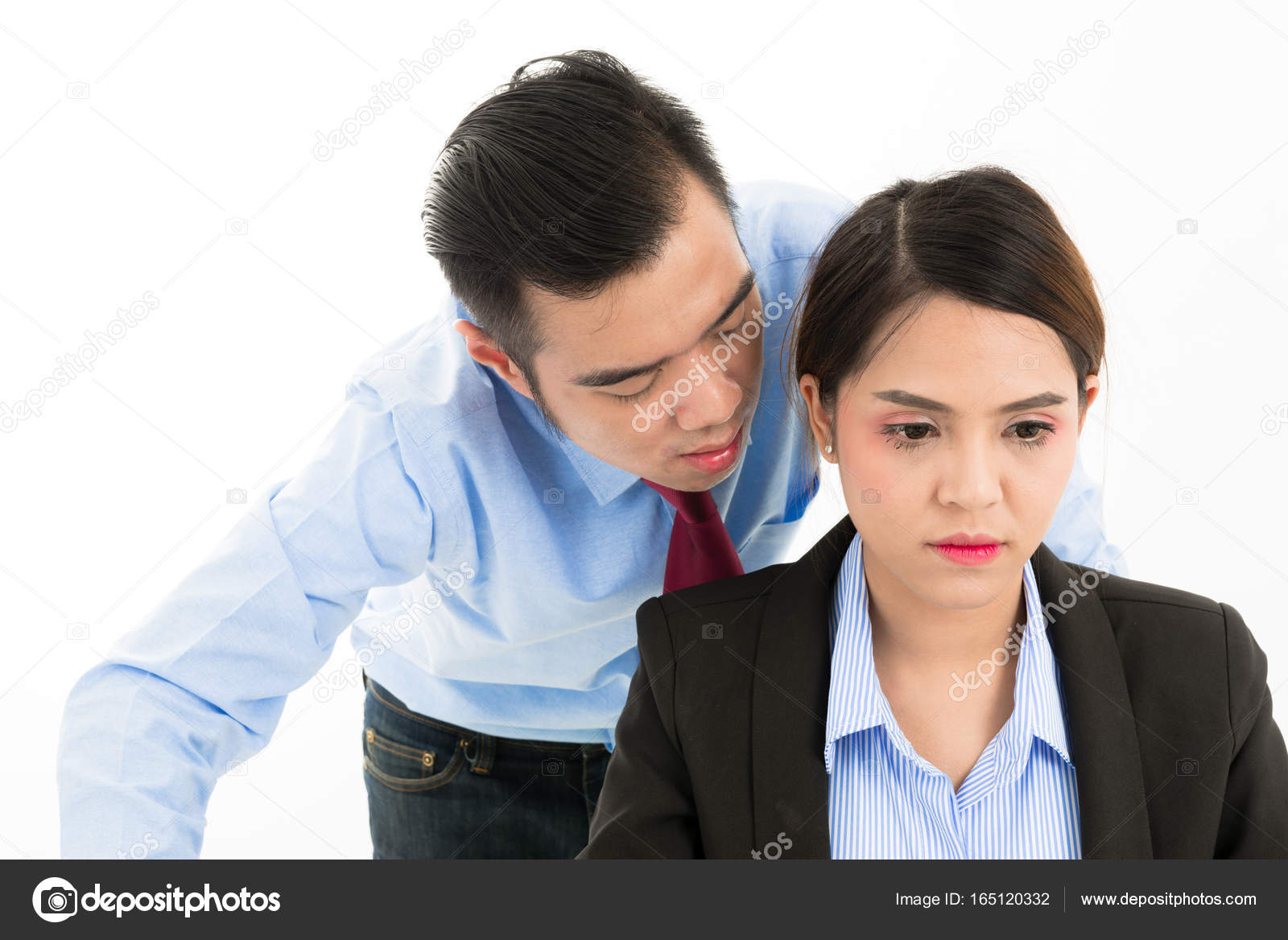 Bureau asie confiant jeune employé entreprise homme murmure près