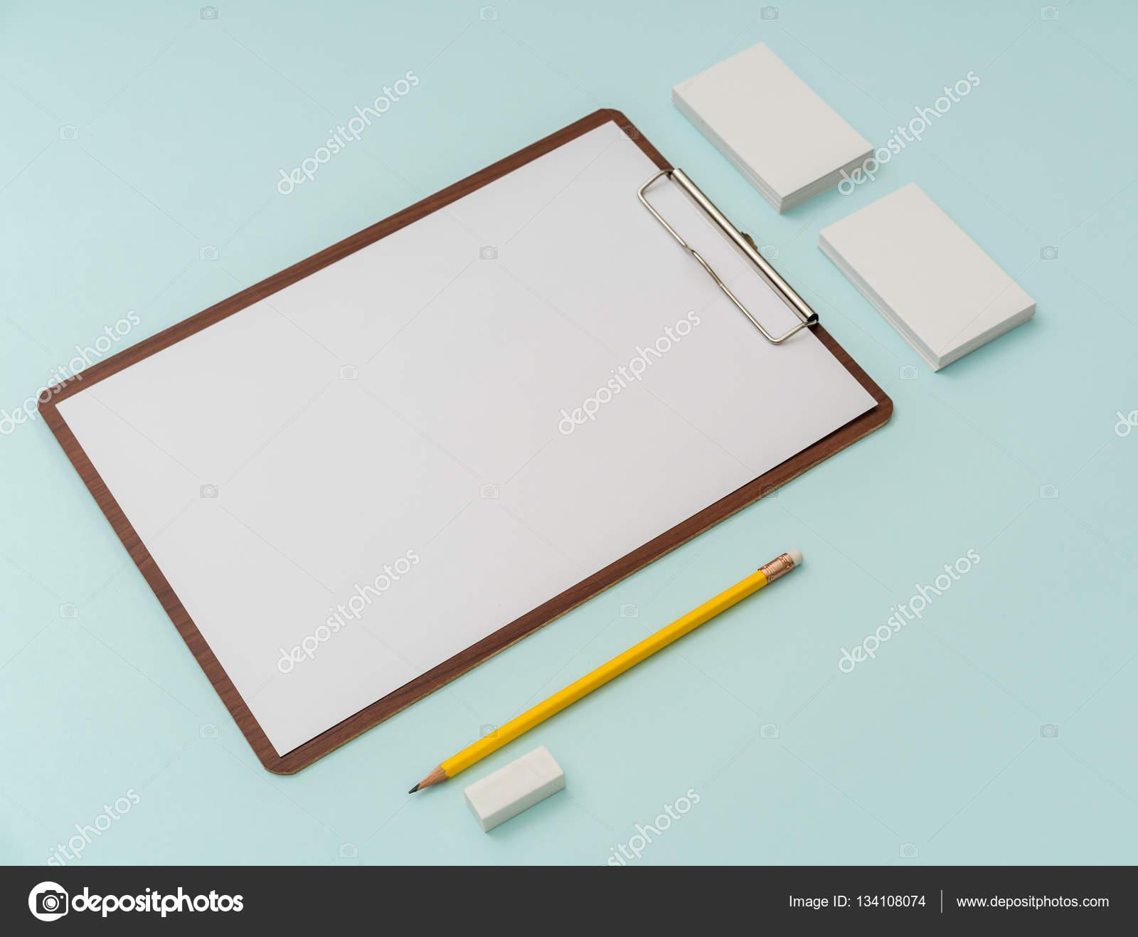 Clip Conseil Papier Crayon Et Carte De Visite Sur Fond Bleu Images Stock Libres Droits