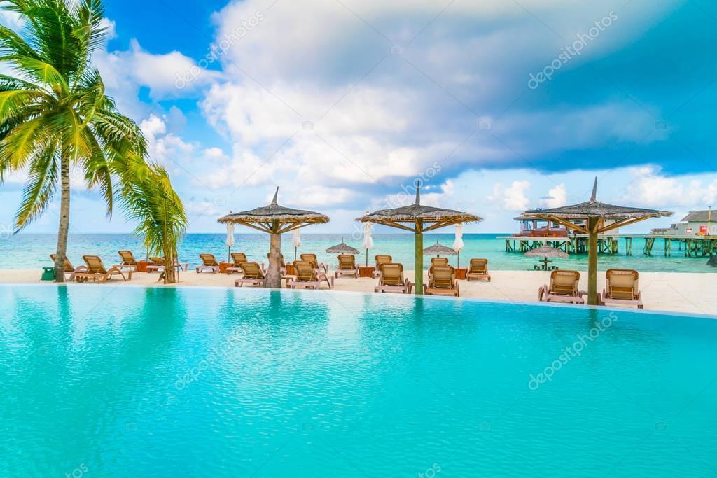 Bar a bordo piscina in isola tropicale maldive foto stock jannystockphoto 140579584 - Bordo perimetrale piscina prezzi ...