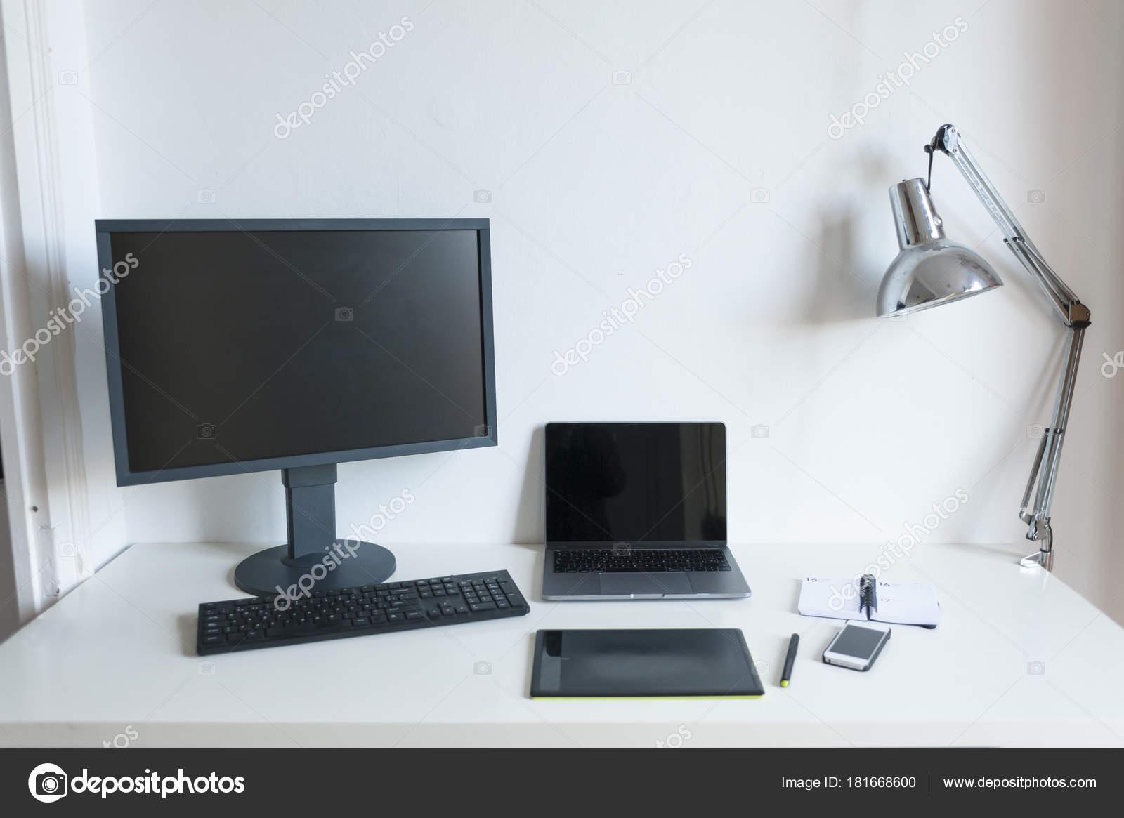 Ordinateur bureau moderne ordinateur portable tablet sur tableau