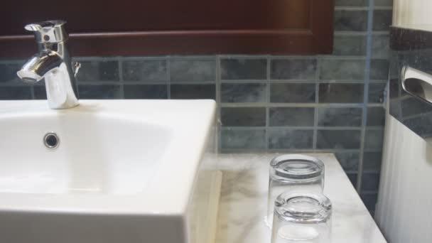 Vnitřní pohled na moderní koupelna a umyvadlo