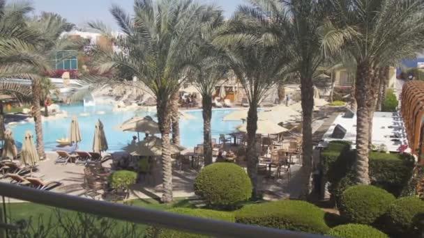 Sharm El Sheikh, Egypt - 5. března: terasu u bazénu a dlaně