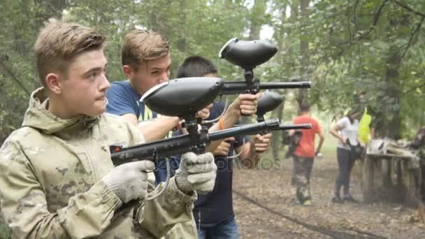 Teens jsou střílet paintball v lese. 10.08.2017. Kyjev. Ukrajina